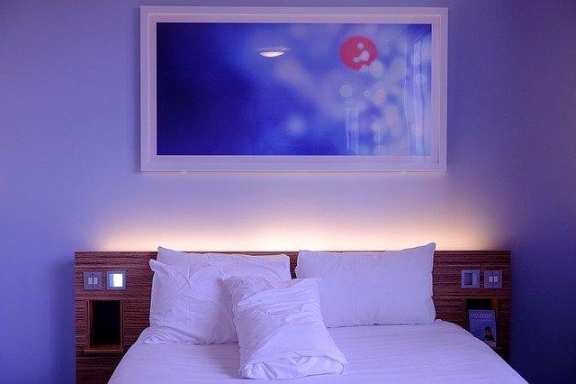 osvětlená postel