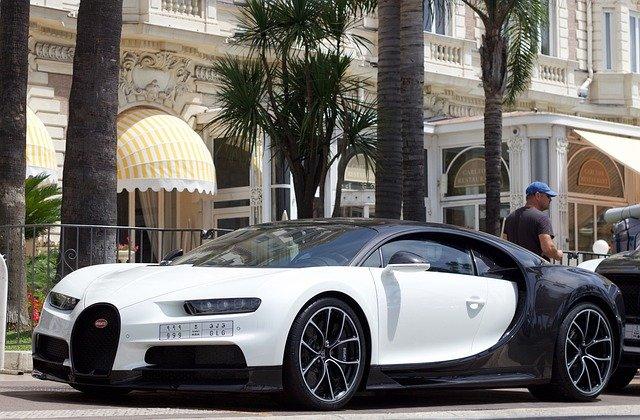bíločerný vůz