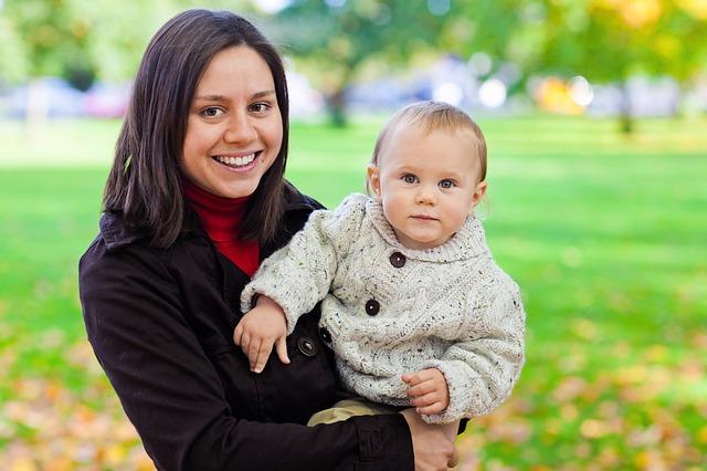 dítě ve svetru