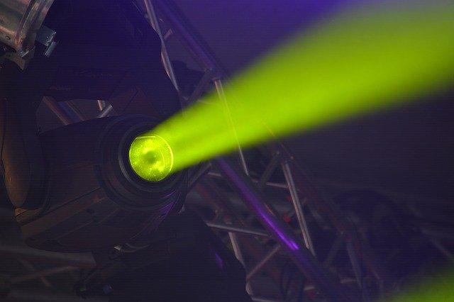 žlutý světelný reflektor