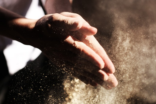 prach na rukou