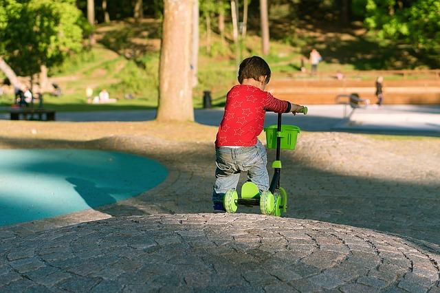 chlapec na tříkolce