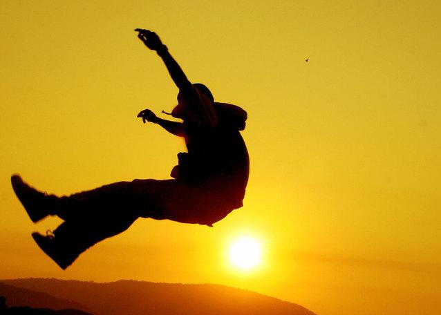 silueta chlapce při výskoku.jpg