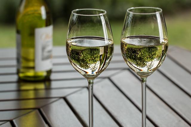skleničky s vínem