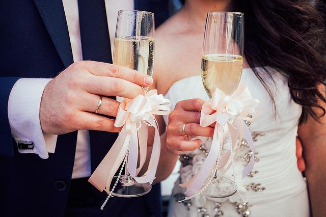 ženich a nevěsta se šampusem