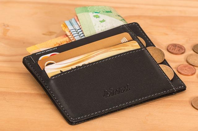 peněženka s penězi.jpg