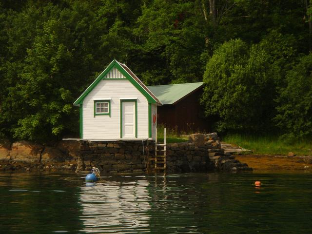 dřevostavba na břehu jezera
