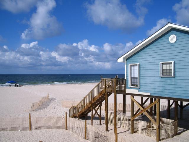 dřevostavba na mořské pláži