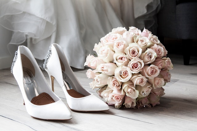 svatební boty a kytice